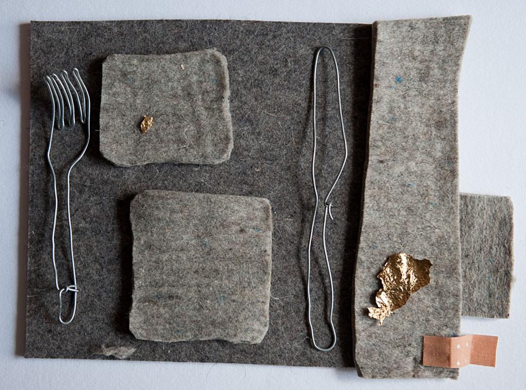 Marcellus M. Menke: Frühstück mit Joseph B. Miniatur-Environment auf Karton. Filz, Zinkdraht, Blattgold, Heftpflaster, Köln 2012