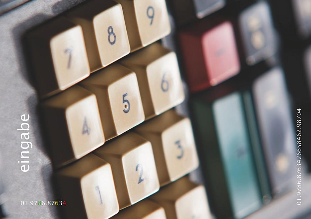 Vierundzwanzig digitale Farbtafeln. Hoch aufgelöst über einen PC auf einem 4K-Display abgespielt. Tafel 4: Ausschnitt der Eingabeeinheit. Abgebildet sind Numerischer-Ziffernblock und Tasten für Addition und Subtraktion (in der Unschärfe).