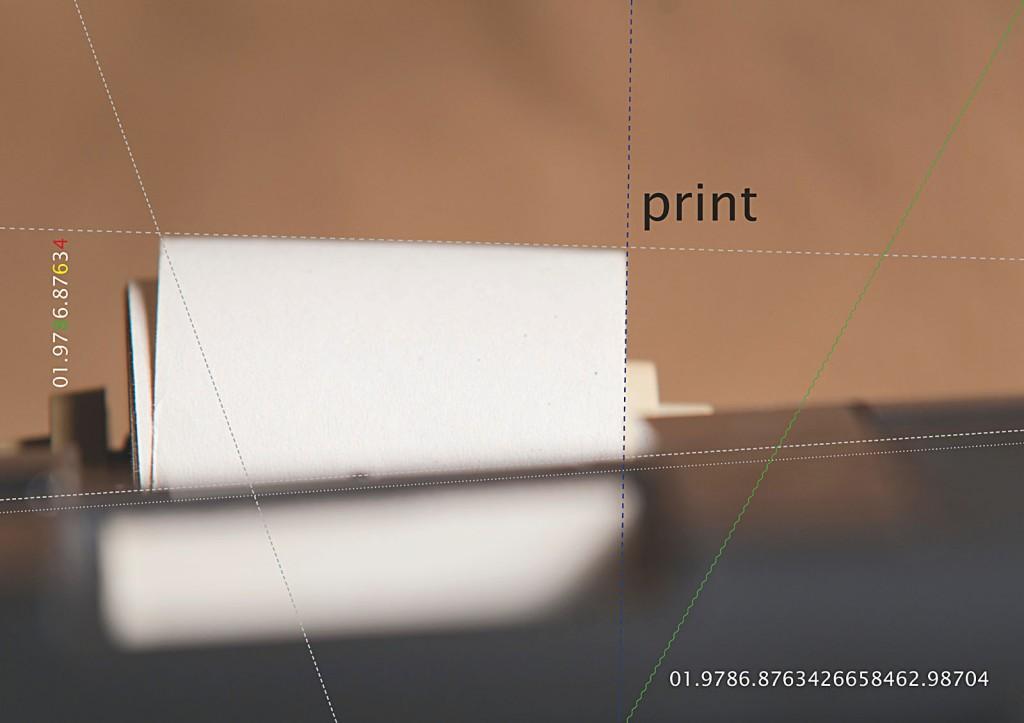 Vierundzwanzig digitale Farbtafeln. Hoch aufgelöst über einen PC auf einem 4K-Display abgespielt. Tafel 6: Papierrolle für Kontrollstreifen, eingezeichnete Konstruktionslinien für Proportionsbestimmung und Bildausschnittwahl.