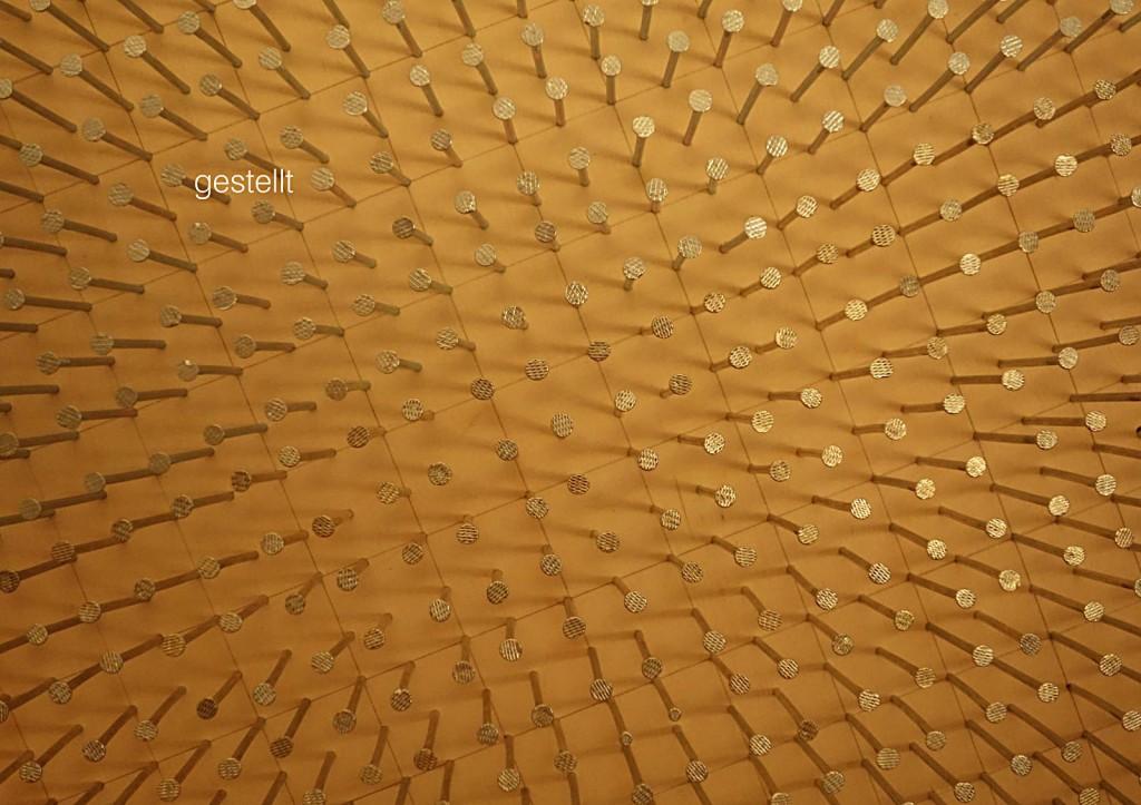 Marcellus M. Menke: 729 Nägel für Günther Uecker. Nägel und Bleistiftzeichnung auf Multiplan-Platte, 45 mal 45 cm, Gelsenkirchen 2013. Teilansicht, seitlich gedreht. Aus: @Günther_Uecker, ScreenBOOK, Köln 2013, Seite 5