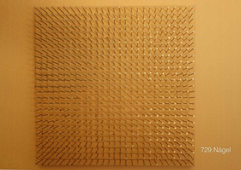 Marcellus M. Menke: 729 Nägel für Günther Uecker. Nägel und Bleistiftzeichnung auf Multiplan-Platte, 45 mal 45 cm, Gelsenkirchen 2013. Aus: @Günther_Uecker, ScreenBOOK, Köln 2013, Seite 6.