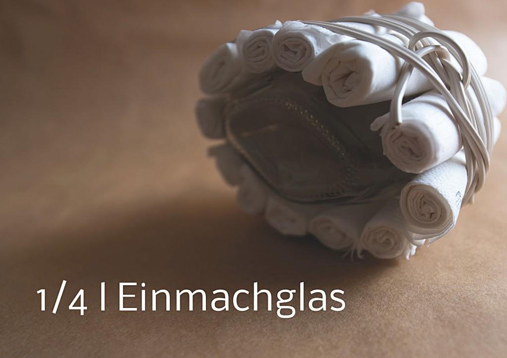Marcellus M. Menke, Verpacktes Einmachglas, Einmachglas 1/4 l mit gummiertem Weißmetallschraubdeckel, zu Tampons grollte Servietten, Filz, zweiadriges Stromkabel. Signatur auf der Tamponierung. Köln 2013. Tafel 2 von 14 hochaufgelösten digitalen Farbtafeln, 4K-Display, auf Wand montiert, von PC bespielt.