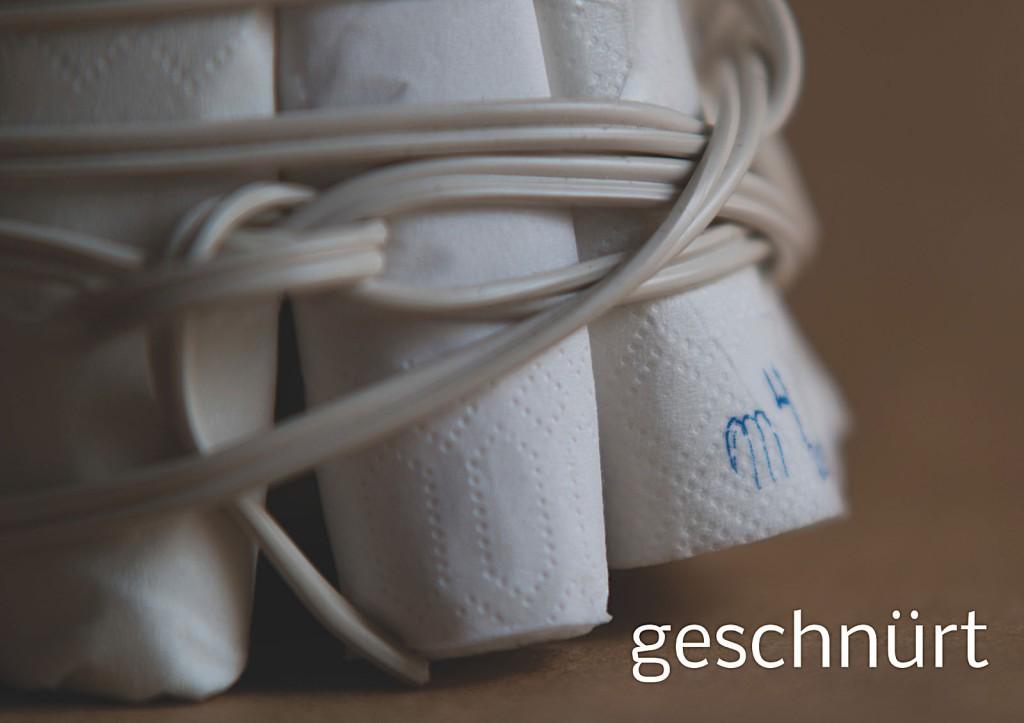 Marcellus M. Menke, Verpacktes Einmachglas, Einmachglas 1/4 l mit gummiertem Weißmetallschraubdeckel, zu Tampons grollte Servietten, Filz, zweiadriges Stromkabel. Signatur auf der Tamponierung. Köln 2013. Tafel 5 von 14 hochaufgelösten digitalen Farbtafeln, 4K-Display, auf Wand montiert, von PC bespielt.