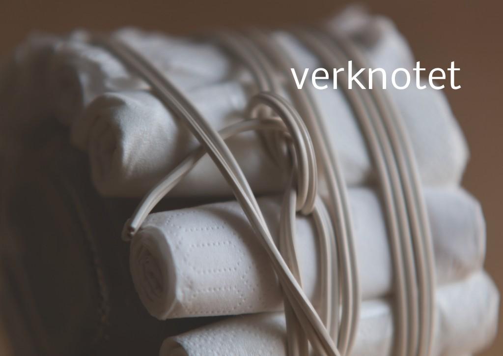 Marcellus M. Menke, Verpacktes Einmachglas, Einmachglas 1/4 l mit gummiertem Weißmetallschraubdeckel, zu Tampons grollte Servietten, Filz, zweiadriges Stromkabel. Signatur auf der Tamponierung. Köln 2013. Tafel 10 von 14 hochaufgelösten digitalen Farbtafeln, 4K-Display, auf Wand montiert, von PC bespielt.