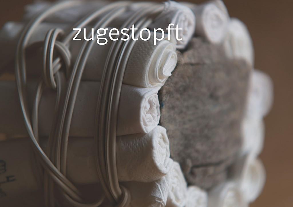 Marcellus M. Menke, Verpacktes Einmachglas, Einmachglas 1/4 l mit gummiertem Weißmetallschraubdeckel, zu Tampons grollte Servietten, Filz, zweiadriges Stromkabel. Signatur auf der Tamponierung. Köln 2013. Tafel 11 von 14 hochaufgelösten digitalen Farbtafeln, 4K-Display, auf Wand montiert, von PC bespielt.