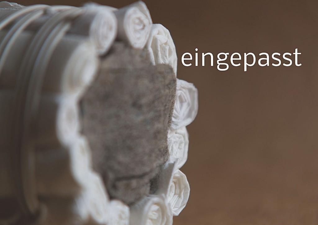 Marcellus M. Menke, Verpacktes Einmachglas, Einmachglas 1/4 l mit gummiertem Weißmetallschraubdeckel, zu Tampons grollte Servietten, Filz, zweiadriges Stromkabel. Signatur auf der Tamponierung. Köln 2013. Tafel 12 von 14 hochaufgelösten digitalen Farbtafeln, 4K-Display, auf Wand montiert, von PC bespielt.