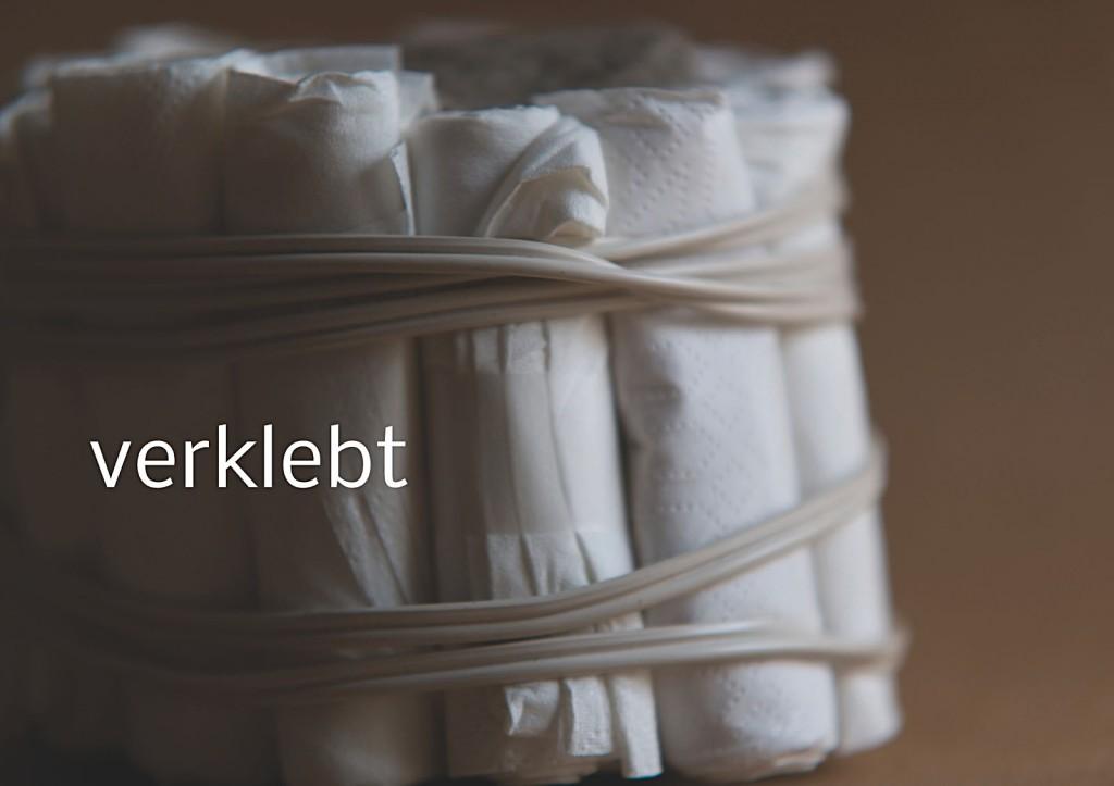 Marcellus M. Menke, Verpacktes Einmachglas, Einmachglas 1/4 l mit gummiertem Weißmetallschraubdeckel, zu Tampons grollte Servietten, Filz, zweiadriges Stromkabel. Signatur auf der Tamponierung. Köln 2013. Tafel 14 von 14 hochaufgelösten digitalen Farbtafeln, 4K-Display, auf Wand montiert, von PC bespielt.