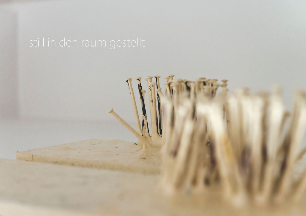Marcellus M. Menke: -nagelung3. Photographiertes Objekt mit gesetztem Text. Seite 2 des m4art screenBooks, Gelsenkirchen-Buer, Köln, Siegen 2014