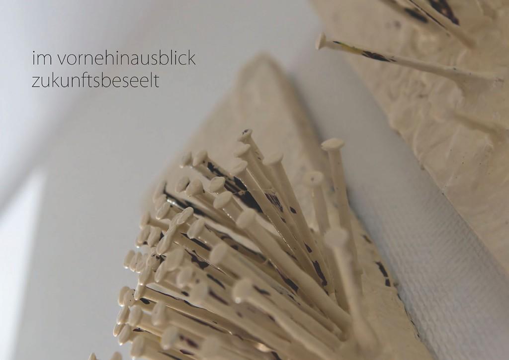 Marcellus M. Menke: -nagelung3. Photographiertes Objekt mit gesetztem Text. Seite 9 des m4art screenBooks, Gelsenkirchen-Buer, Köln, Siegen 2014